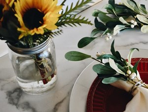 thanksgiving_sunflower_centerpiece_with_a_table_set_of_plates